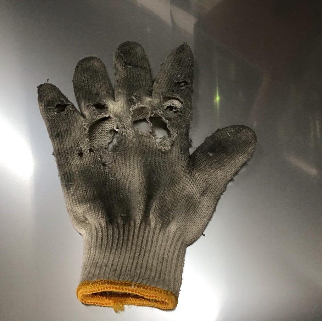 磨かれたる金属の手